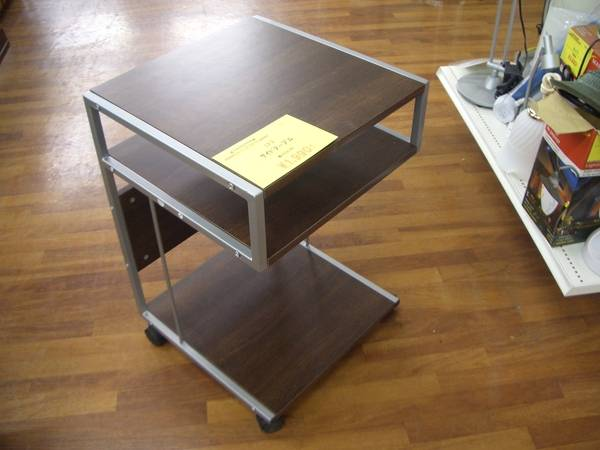 ニトリ ニトリのサイドテーブル、アンティーク調のカップボ...