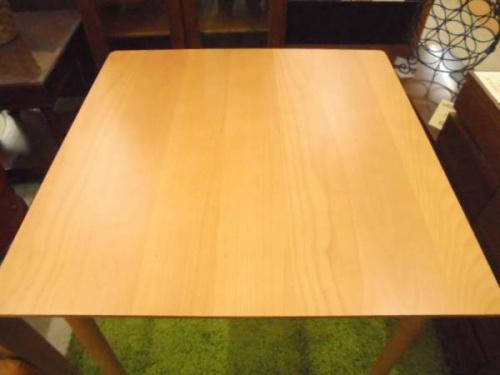 テーブルの吉川