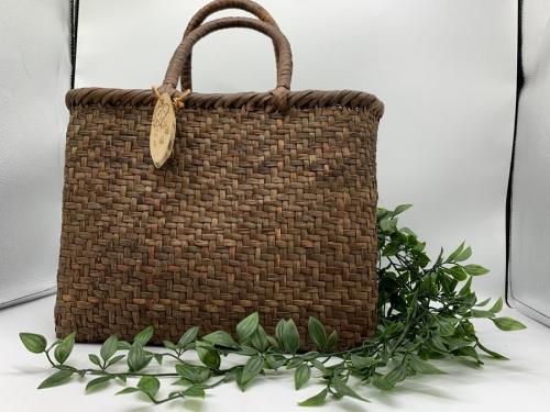 レディースファッションのカゴバッグ