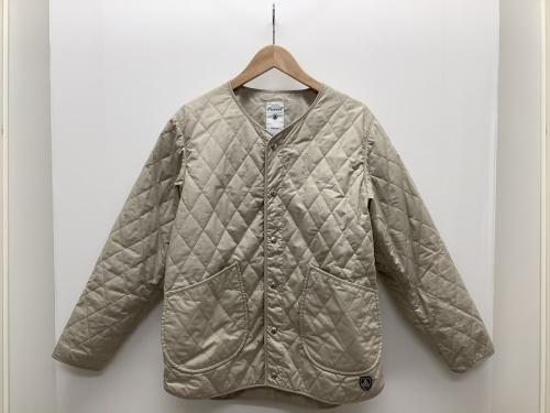 ジャケットのノーカラーキルティングジャケット