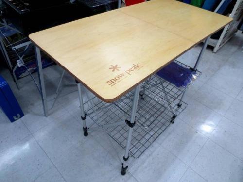 キャンプ用品のアウトドアテーブル