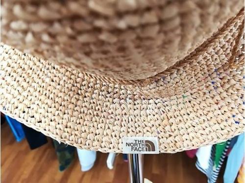 アウトドアウェアの帽子