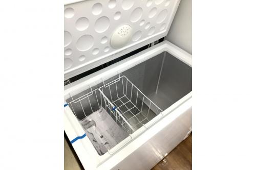 冷蔵庫の上開き式冷凍庫