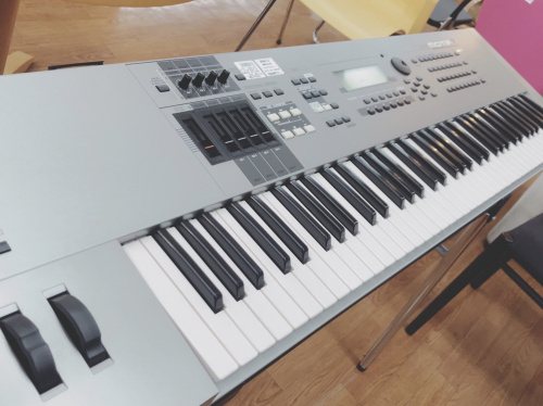 電子ピアノのシンセサイザー ヤマハ モチーフ 中古