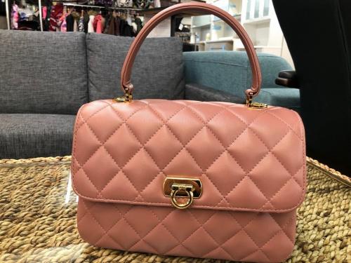 レディースファッションのキルティングハンドバッグ
