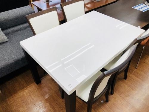 ニトリのダイニングテーブル
