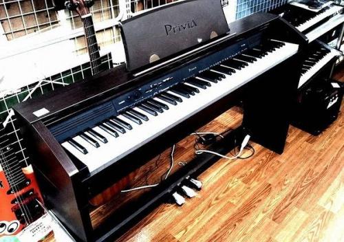 電子ピアノのデスク