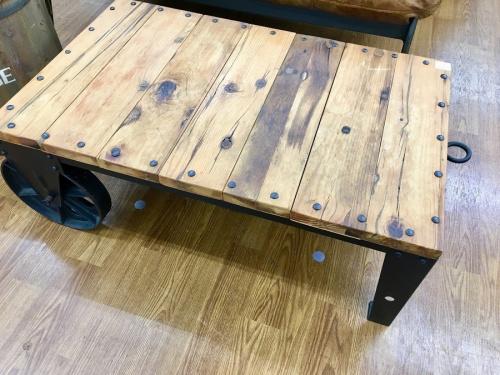 インダストリアルのテーブル