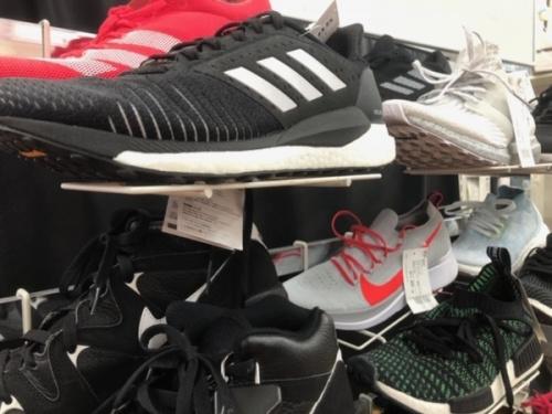 スポーツ用品のスニーカー