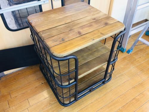 中古家具のサイドテーブル