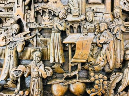 テーブルの木彫り装飾
