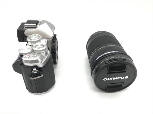 デジタルカメラのミラーレス一眼カメラ・ダブルズームキット
