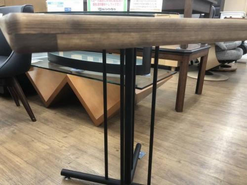 テーブルの東馬
