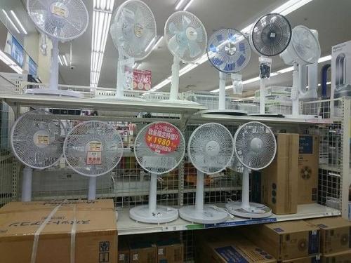窓枠の扇風機