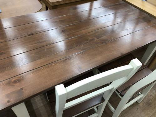 生活家具のテーブル
