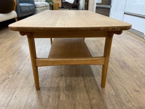 センターテーブルのリビングテーブル