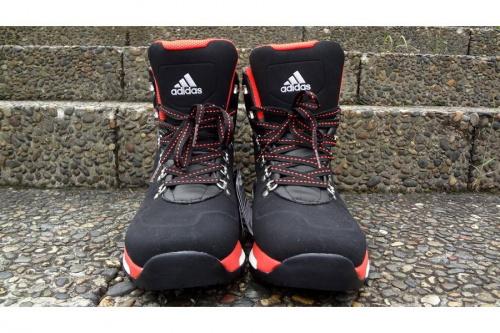 アディダス(adidas)のブーツ