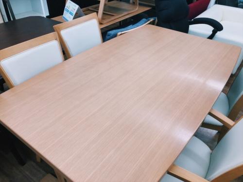 収納家具のテーブル