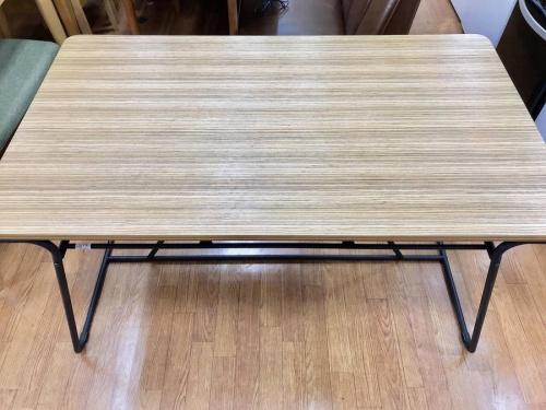 テーブルの東谷