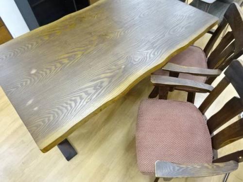 貞刈椅子のテーブル