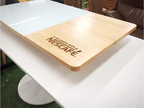 テーブルのNESCAFE