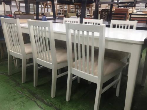 ホワイトのテーブル