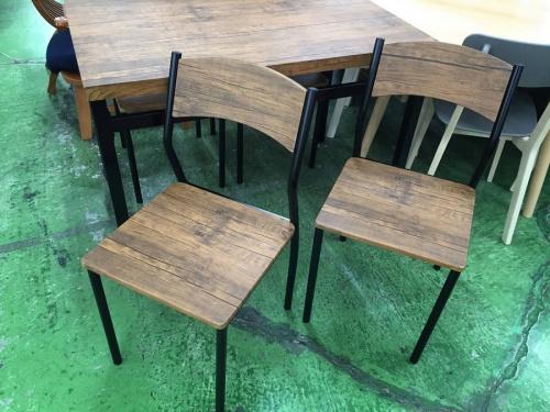 ブラウンのテーブル