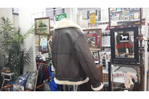 ブラウンのフライトジャケット