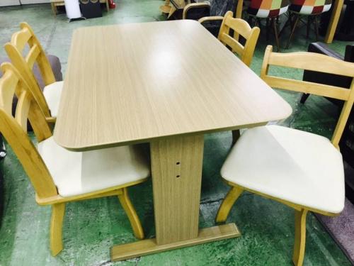 ダイニングテーブルのニトリ