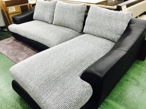 ソファーのグレー