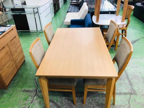 家具のテーブル
