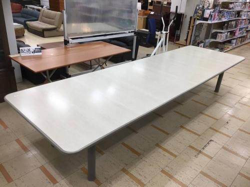 デスクの会議用テーブル