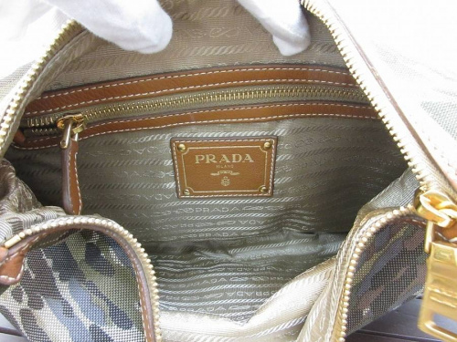 プラダのショルダーバッグ
