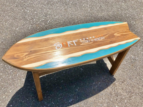 ベンチのサーフボード