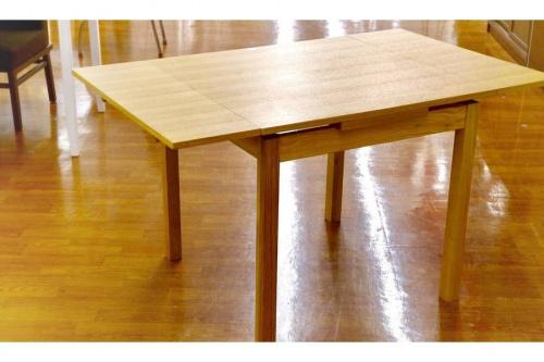 ダイニングテーブルの木目調テーブル