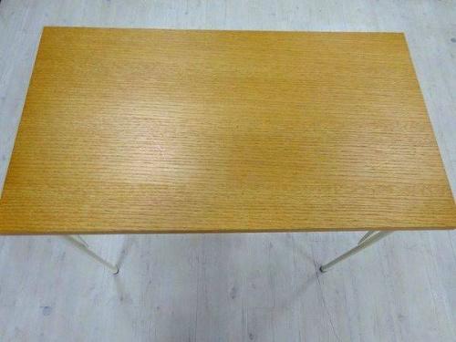 イスのテーブル