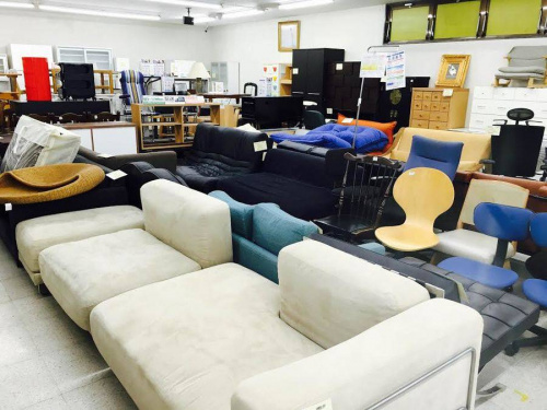 リップ型のソファー