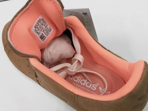 アディダスのスニーカー