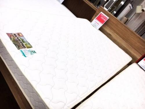 家具のセミダブルベッド