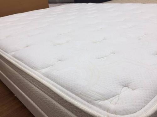 ベッドのクイーン