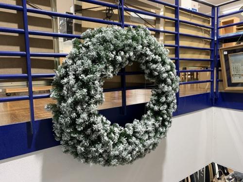 季節雑貨の特大クリスマスリース