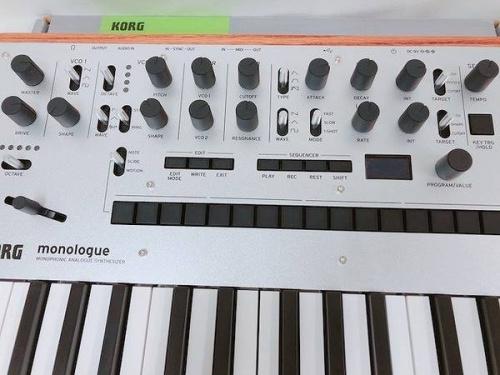 キーボードのシンセサイザー