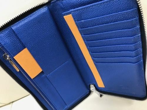 ネイビーのラウンドファスナー財布