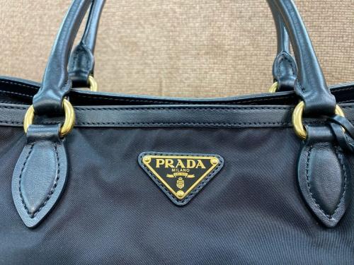 PRADA プラダのブランド バッグ 中古