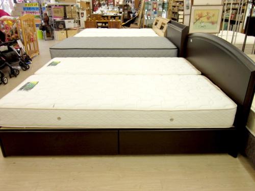 ベッドのクイーンベッド