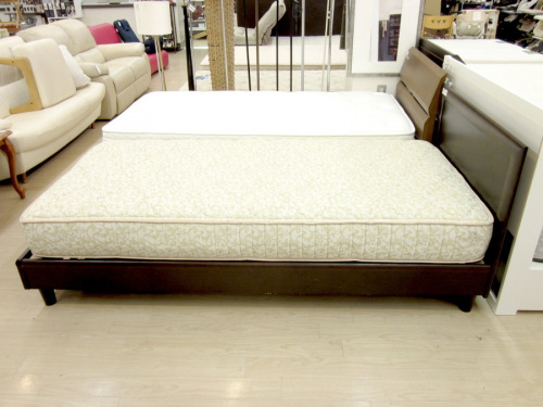 ベッドのフレーム:karimoku マット:FERRCHAT