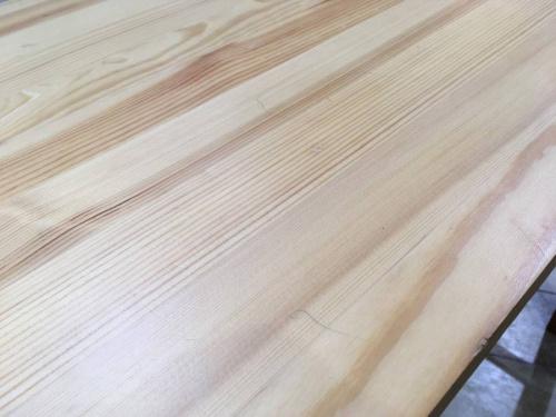 テーブルのパイン材