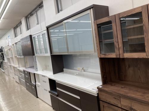 テーブルの食器棚