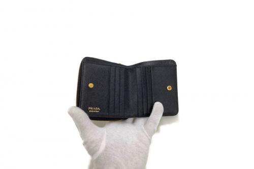 2つ折り財布のPRADA