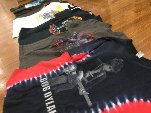 シャツのバンドTシャツ